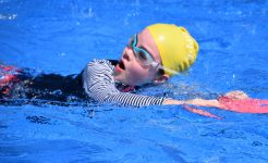 Student swimming in Primary curricular sport program